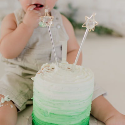 Green and white natural cake smash session